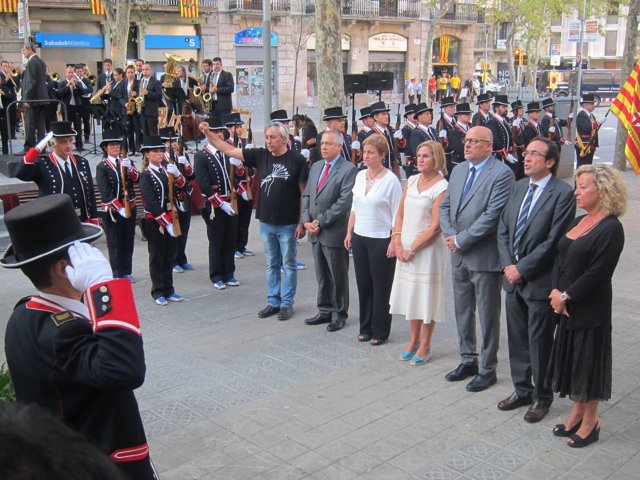 Ofrenda ante el monumento a Rafael Casanova de la mesa del Parlament