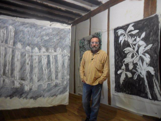 El autor, con sus obras