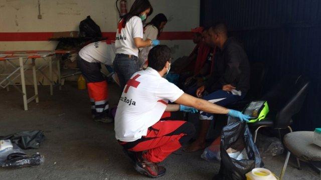 Cruz Roja atienda a los inmigrantes llegados en patera