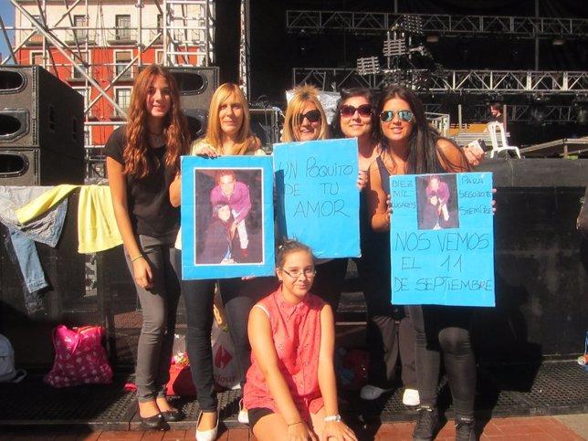 Un grupo de fans posa con varias pancartas dedicadas a Bisbal