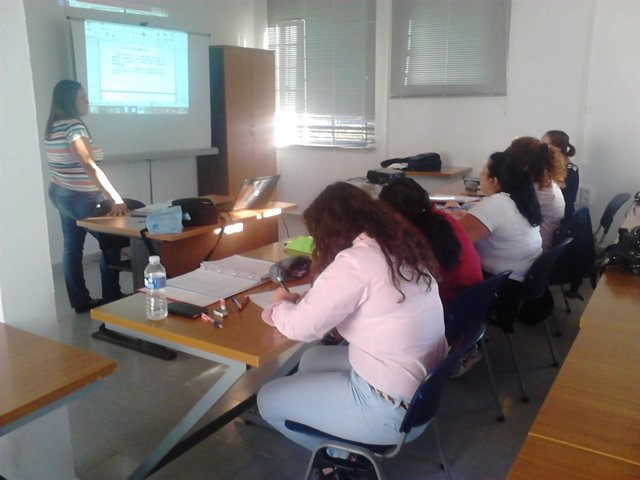 Alumnos del programa Retorno a la Formación de Alcalá de Guadaíra en clase.