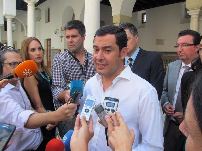 Juanma Moreno atiende a los medios en el Parlamento de Andalucía