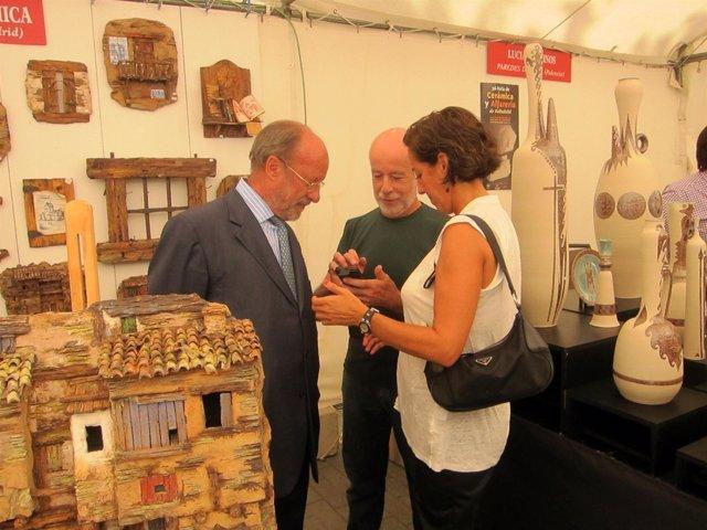 De la Riva y Cantalapiedra en la inauguraciónd e la Feria de Cerámica 2014