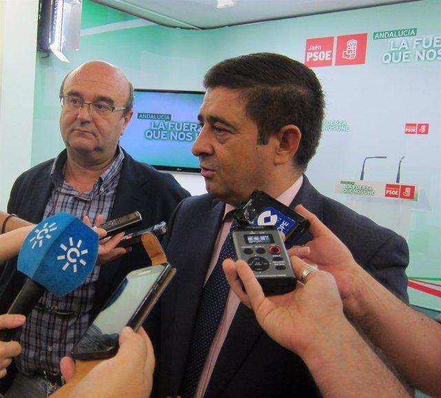 Francisco Reyes atiende a los periodistas ante Javier Sánchez Camacho.