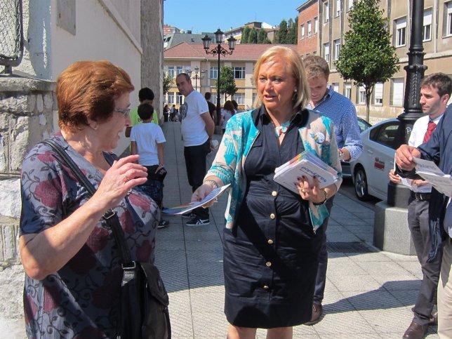 Mercedes Fernández a las puertas del colegio público La Gesta en Oviedo