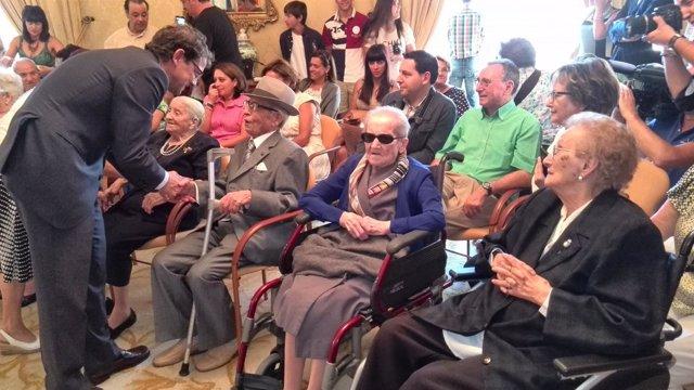 Acto de homenaje a salmantinos centenarios en el Ayuntamiento de la ciudad