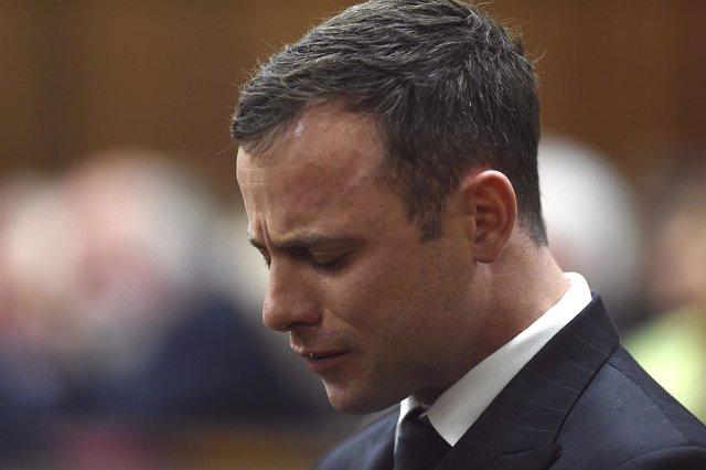 El atleta sudafricano Oscar Pistorius reacciona durante la lectura del veredicto