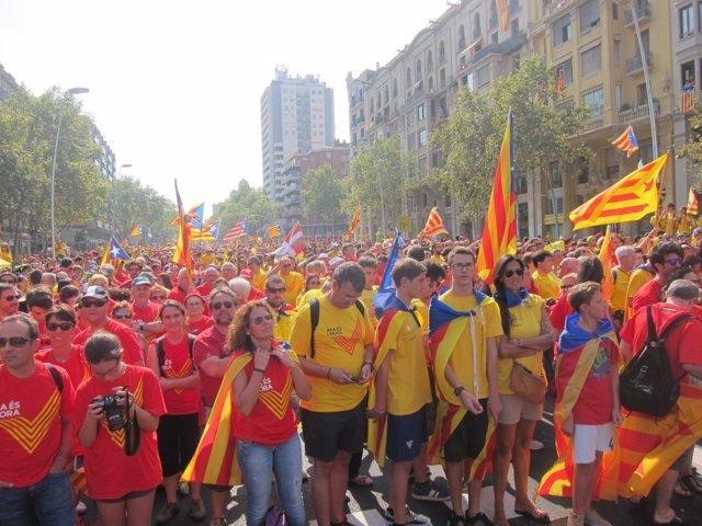 Miles de ciudadanos forman la V en Barcelona