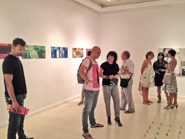 La diputada de Cultura, Elena Tobar, en la exposición de Mario Marín.
