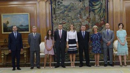 La Reina Letizia recibe de la Federación de Diabéticos el círculo azul, símbolo de la lucha contra la enfermedad