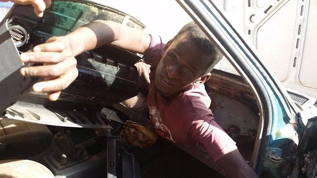 Uno de los inmigrantes descubiertos en un doble fondo de un coche