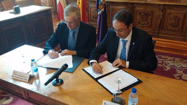 El alcalde de Palencia y el responsable de Renault, en la firma del convenio.