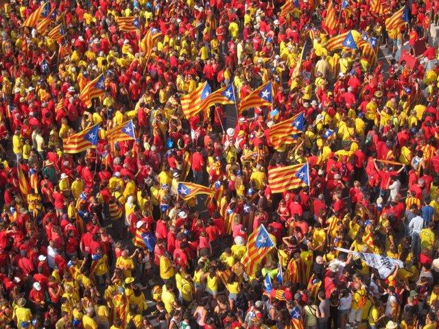 Miles de ciudadanos en la manifestación de la Diada en Barcelona