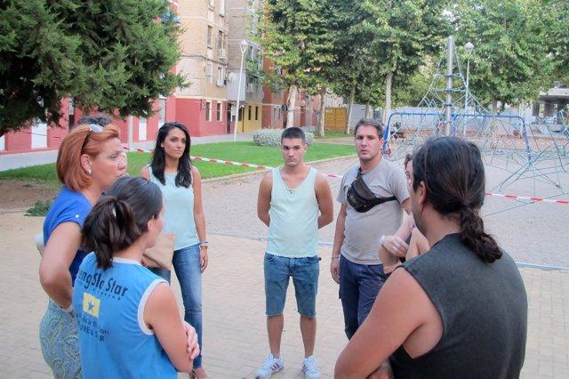 Inmaculada Durán y Carmen González en el Sector Sur con vecinos