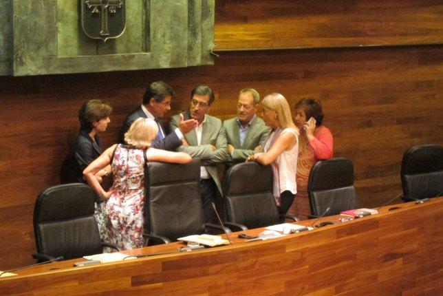 Los portavoces de la Junta General conversan antes del Pleno