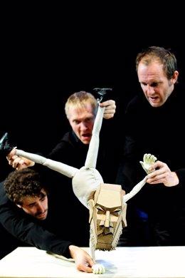 The table, de la compañía británica 'Blind Summit Theatre' , en el MAF