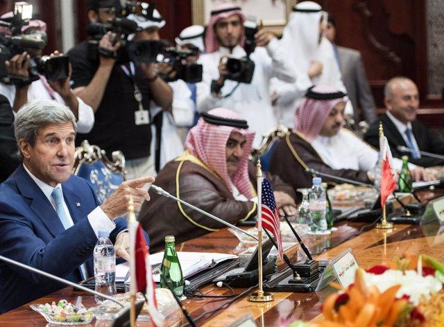 Kerry junto a representantes de países árabes