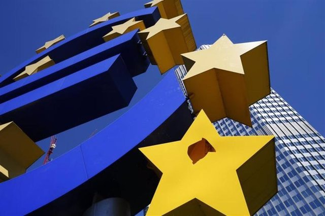 Vista de una escultura que representa al símbolo de la zona euro