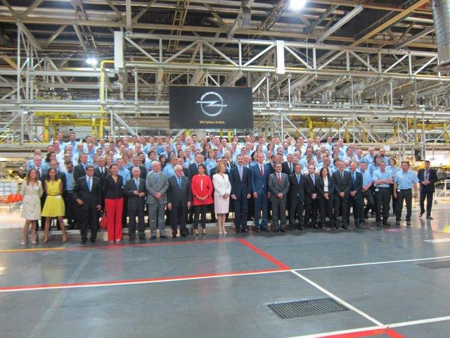 Autoridades y plantilla de GM España en el inicio de la producción del Mokka