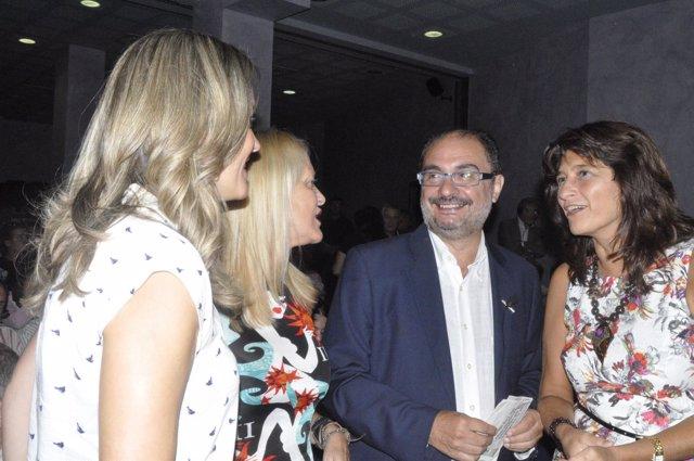 El secretario general del PSOE-Aragón, Javier Lambán, con varias dirigentes.