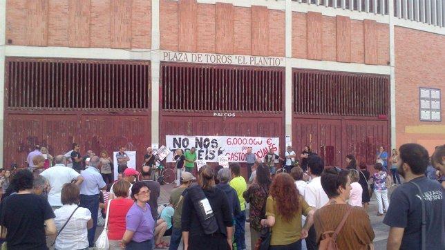 Asamblea vecinal junto a la Plaza de Toros de Burgos