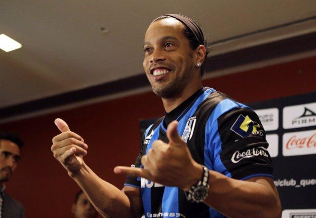 Ronaldinho en su presentación con el Querétaro mexicano