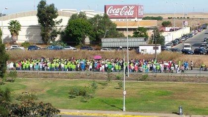 Centenares de personas se concentran ante las puertas de Ence en protesta por el cierre