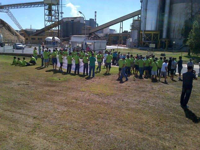 Concentración de trabajadores de Ence Huelva en las puertas de la fábrica