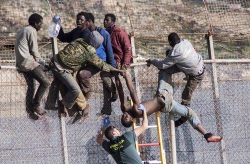 Valla de Mellia. Inmigrantes y Guardia Civil