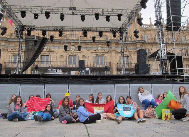 Jóvenes en la Plaza Mayor de Salamanca a la espera del concierto de Auryn