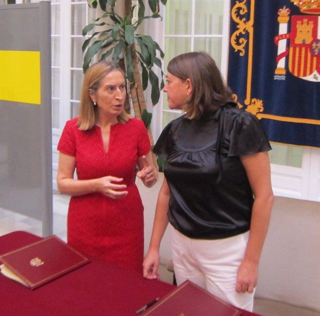 Ana Pastor y Elena Cortés, hoy durante la firma del convenio