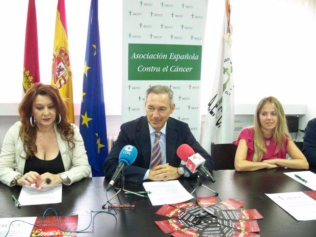 El presidente de la AECC en León junto a representantes de Mármora