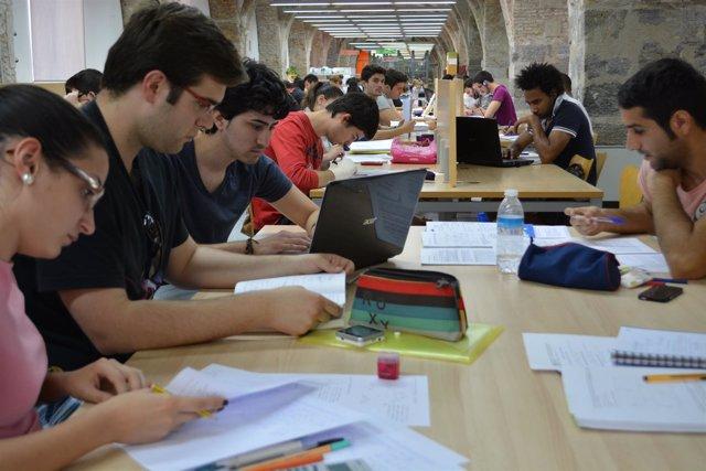 Alumnos en la biblioteca, exámenes