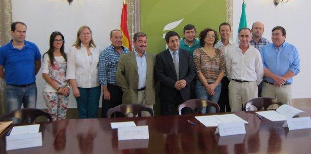 Foto de familia del convenio de colaboración con municipios de Sierra Mágina