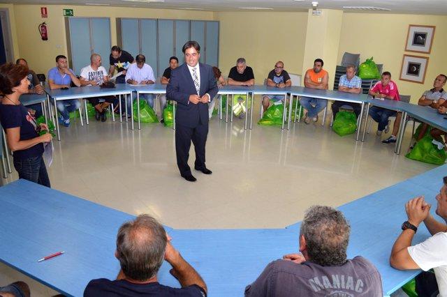El alcalde de Camargo, Diego Movellán, con los nuevos empleados municipales