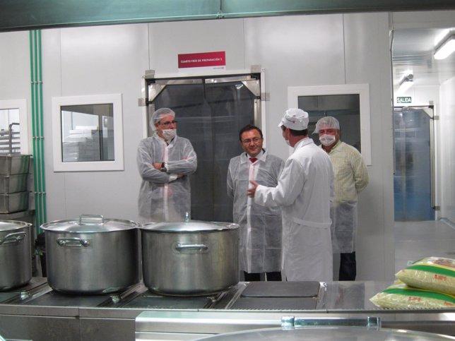 Heredia visita las instalaciones de Serunión Málaga, comedores escolares