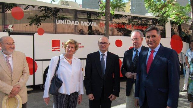 Oliván y otras autoridades, junto a la nueva Unidad de Donantes de Sangre