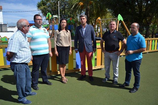 Montes y Lorite (centro) en el parque infantil