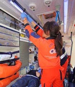 Profesionales sanitarios del 061 asisten a un paciente en una ambulancia