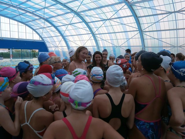 Niños en la piscina de Hytasa.