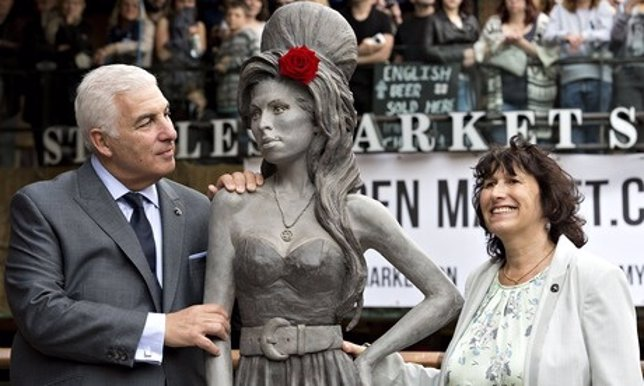 Estatua de Amy Winehouse, con sus padres