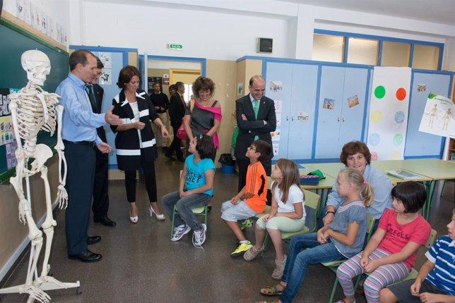 Las autoridades saludan a los alumnos del Aula Abierta.