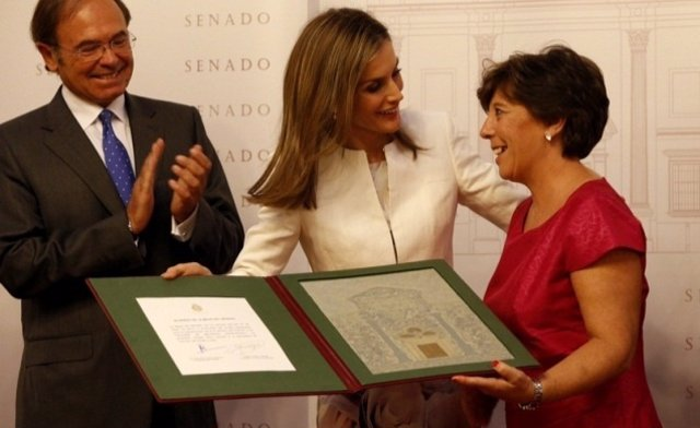 La Reina entrega el premio Luis Carandell a la periodista Carmen del Riego