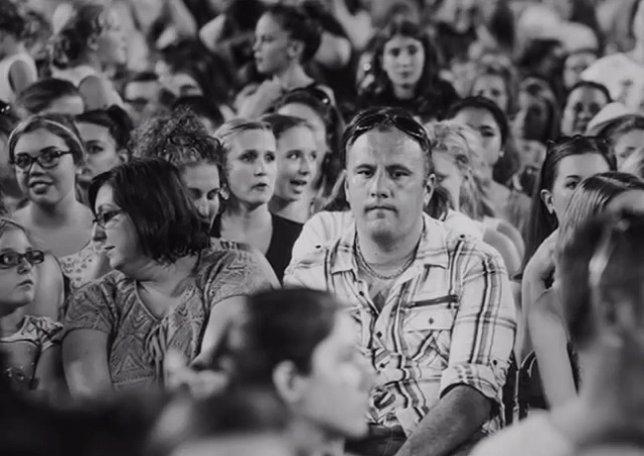 Hilarante tributo a los padres que asisten a conciertos de One Direction