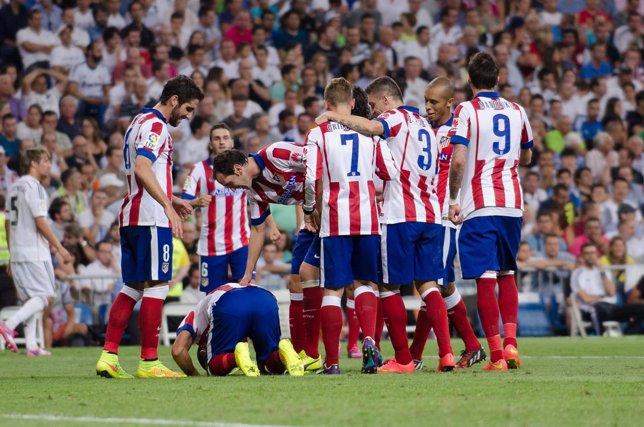 El Atlético celebra el gol de Arda en el Bernabéu