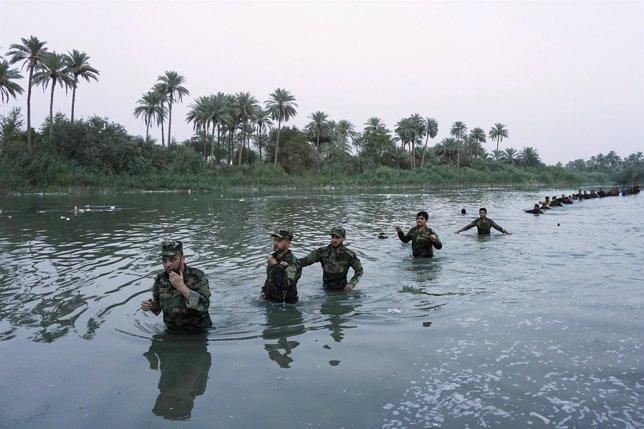 Soldados iraqiíes marchan contra el Estado Islámico