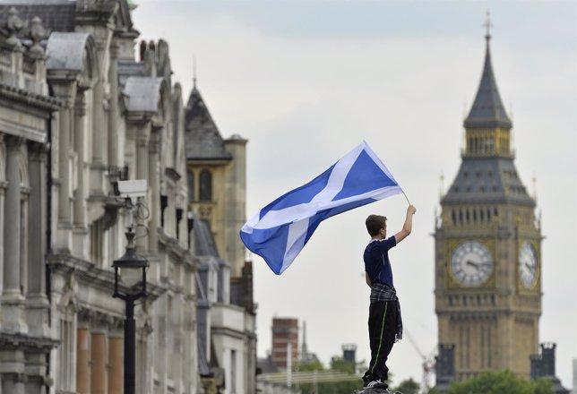 Un hombre sostiene una bandera escocesa Escocia