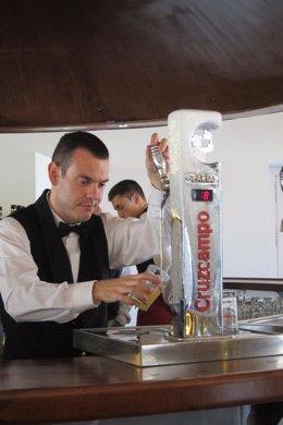 Camarero sirve cerveza