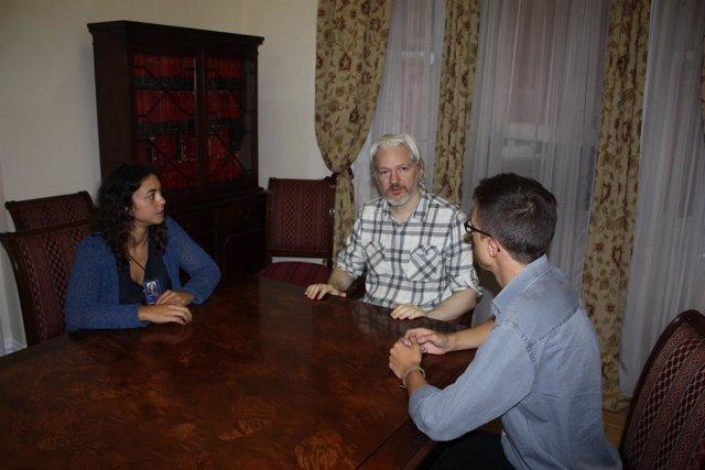Iñiego Errejón y Tania González con Julian Assange