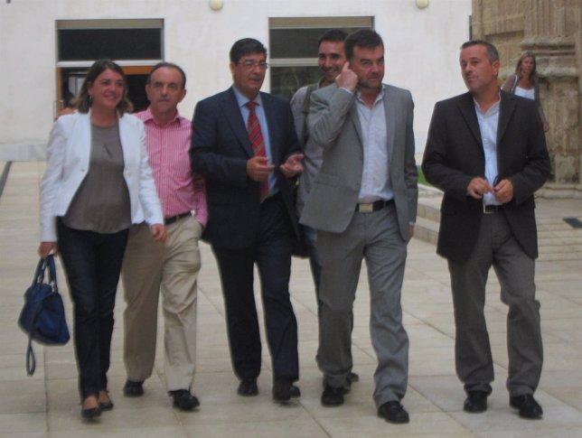 José Antonio Castro junto a Antonio Maíllo y los miembros de IU en el Gobierno